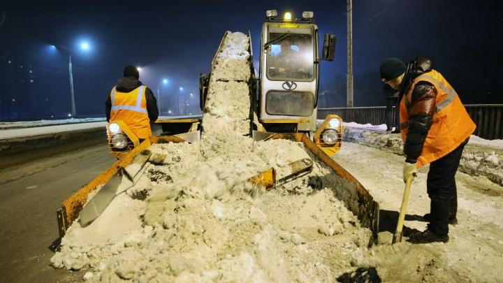 Омичей позвали чистить дороги от снега за 13 тысяч
