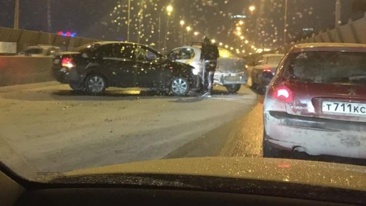 В Екатеринбурге из-за мокрого снега произошло несколько массовых ДТП