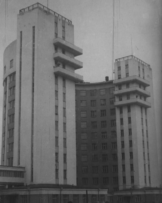 Городок начали строить в конце 20-х — начале 30-х годов. В то время «Исеть» была настоящим небоскрёбом