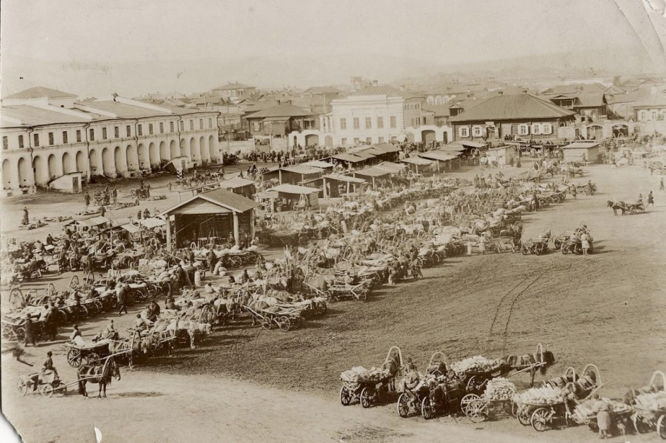 Старобазарная площадь с видом на Гостиный двор (1890-е годы)