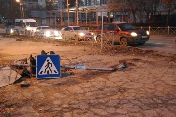 Три транспортных светофора снесли на пересечении улиц Иванова и Российской