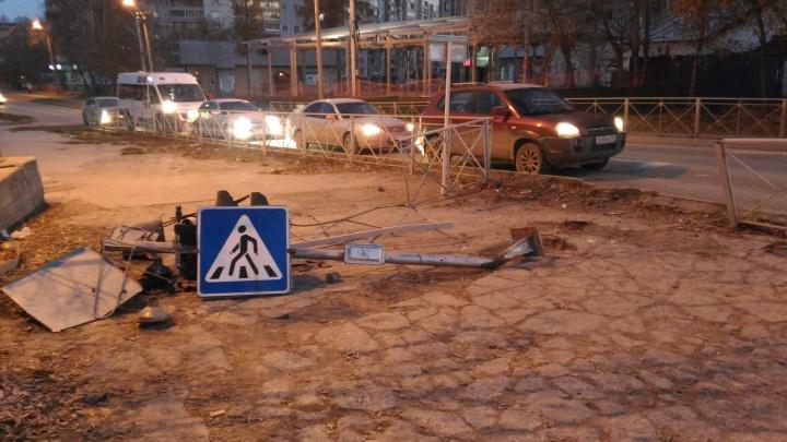 Автомобиль снёс три светофора в Академгородке