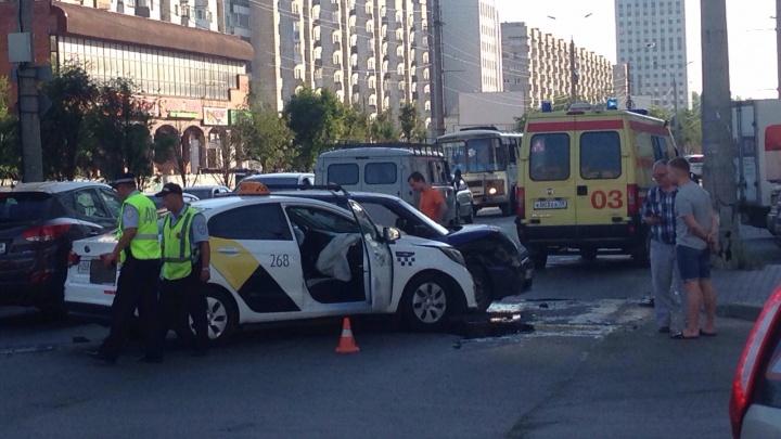 В центре Архангельска таксист не поделил дорогу с «Ладой»