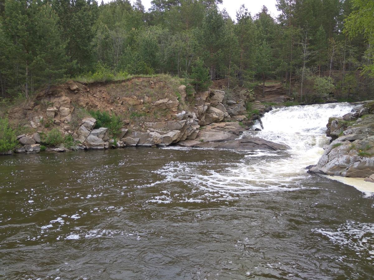 Этот водопад не естественного происхождения, но выглядит вполне дико