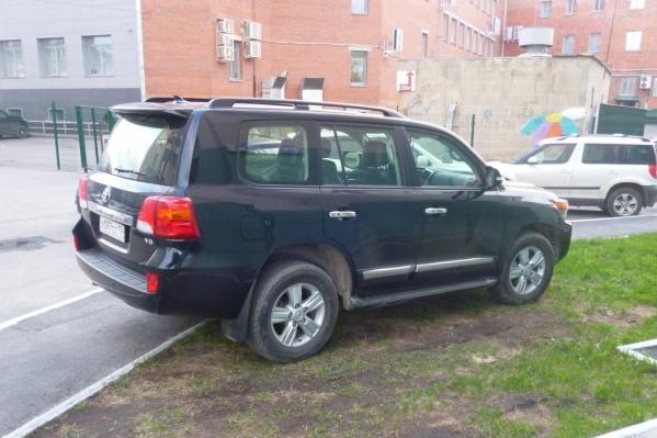 Эта Toyota Land Cruiser 200 (г/н х097сс174) стоит на газоне, перекрывая часть тротуара. На снимках с других ракурсов видно, что необходимости в этом нет — кругом полно свободных мест