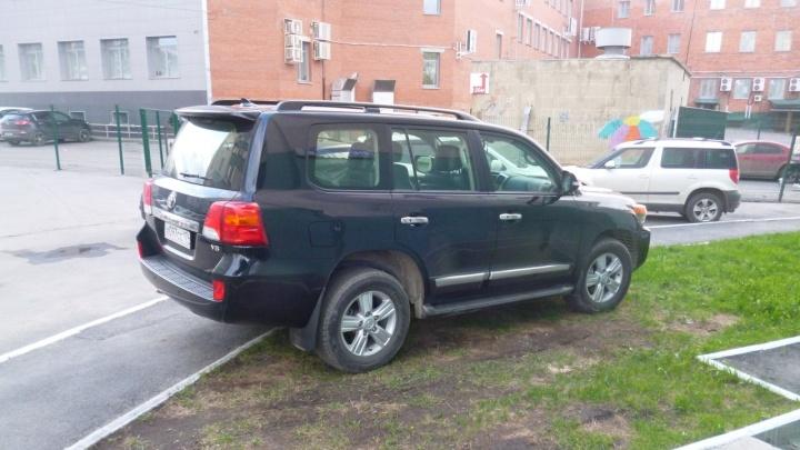 Я паркуюсь, как баран: атака «Крузеров» и двор с нормальной парковкой, изуродованный автомобилями