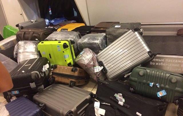 «Потеряно более 500 чемоданов»: в зале выдачи багажа в Кольцово скопилась гора бесхозных сумок