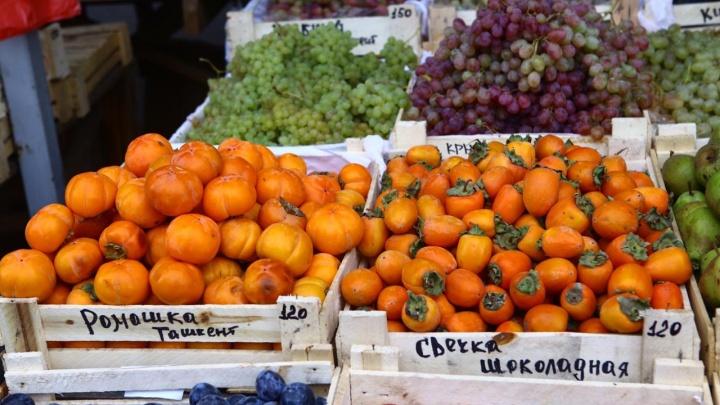 В Новосибирск привезли сезонный вяжущий фрукт