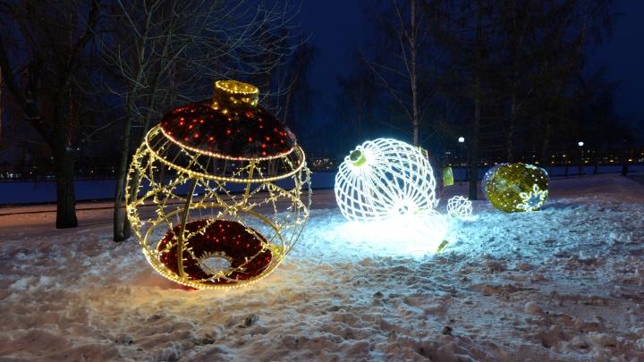 «Загадайте желание, которое сбудется»: на площади у театра драмы открылся «Рождественский сквер»