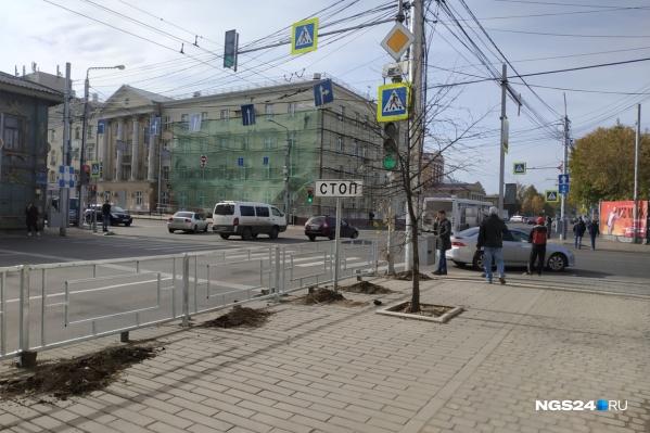 Заборы в Красноярске устанавливали два года назад, и многие были ими недовольны