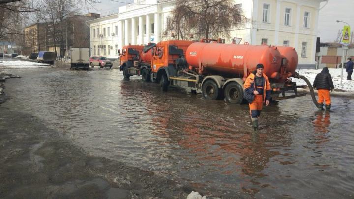 Улицы Покровки и Николаевки без ливневок откачали машинами