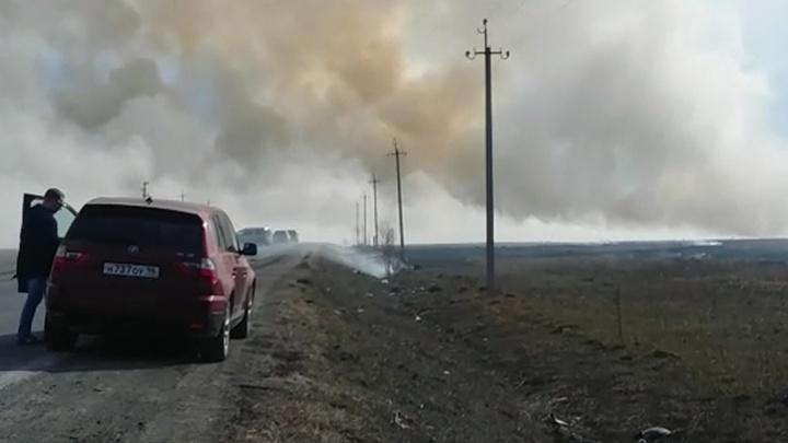 Дым затянул всё пеленой: вдоль трасс под Екатеринбургом горит трава