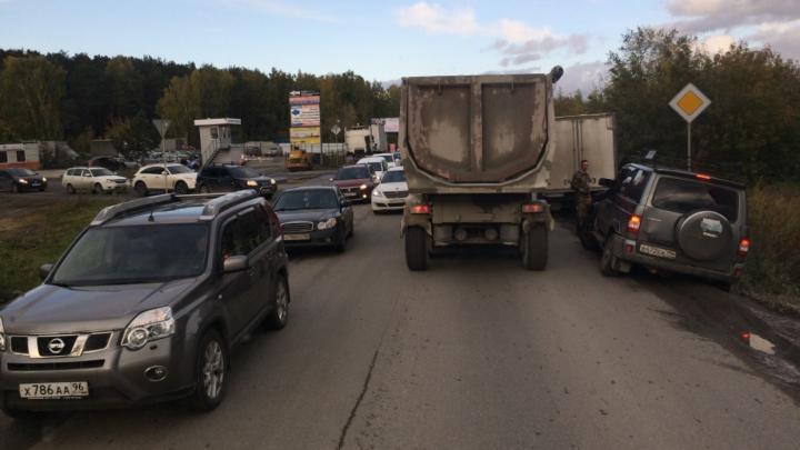 На Сибирском тракте поставили новый забор, чтобы автомобили не застревали в водоотводной канаве