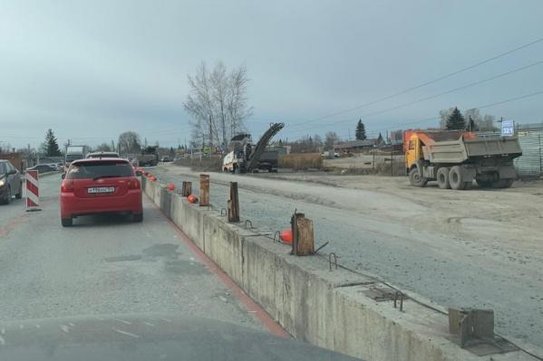 Проезд по Кедровой отгородили по стороне дороги, ведущей к Мочищенскому шоссе