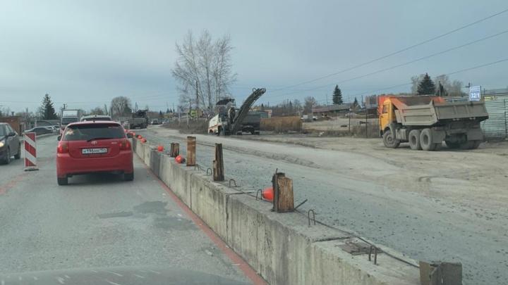 «Сегодня там засада»: рабочие отгородили часть дороги на пути с Родников в центр