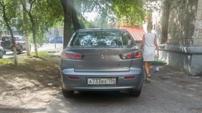 «Мне вообще-то все равно»: волгоградские автохамы разделили тротуар для «своих» и «чужих»