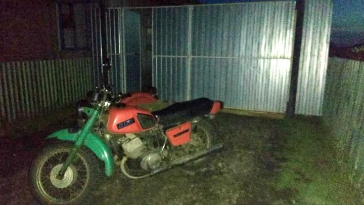 В Омской области 17-летний водитель мотоцикла выронил из коляски подростка
