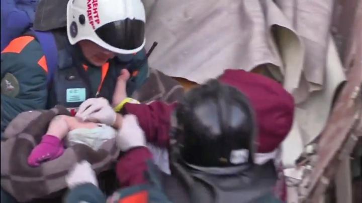 Десятимесячному малышу, спасенному из-под завалов дома в Магнитогорске, стало лучше
