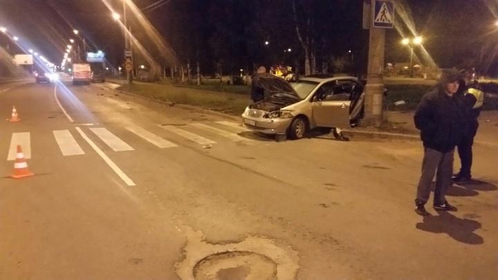 На Ленинградском проспекте при столкновении легковушки с микроавтобусом погиб мужчина