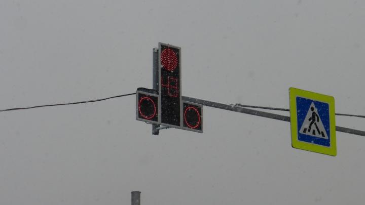 Красноярцы высмеяли новый светофор «эротической формы» в центре города