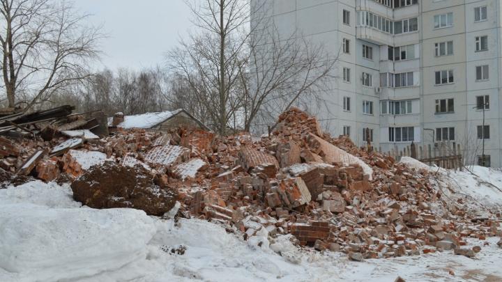 В Перми снесли старую водонапорную башню около будущего зоопарка