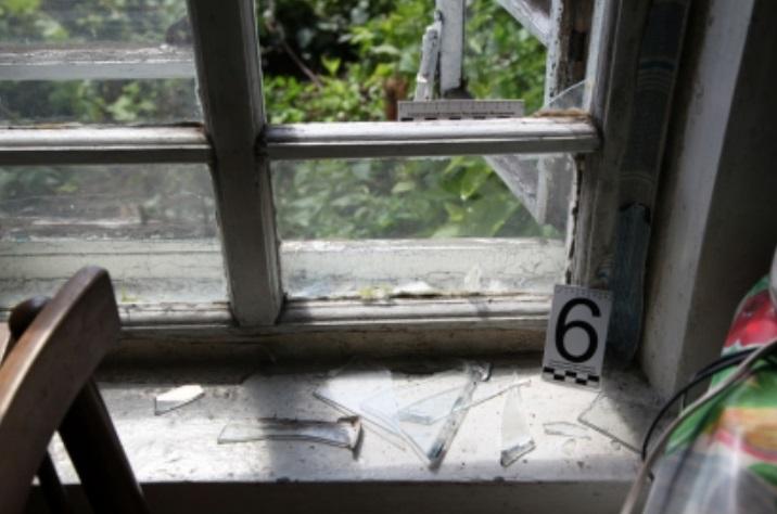Мужчина мог незаконно забраться в дом, выставив оконную раму