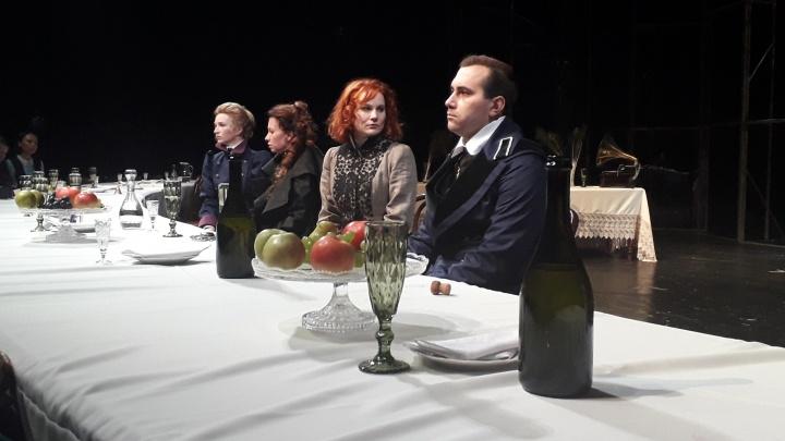 Жизнь как фоторяд: театр драмы увидел в чеховских «Трех сестрах» послание современникам