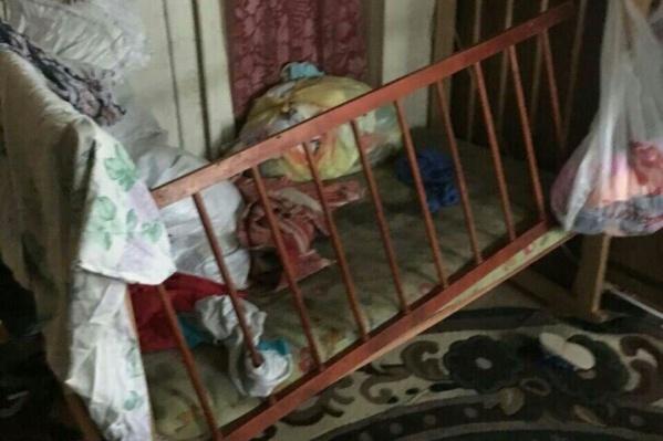Волонтёры обнаружили грязного избитого ребёнка в сломанной кроватке