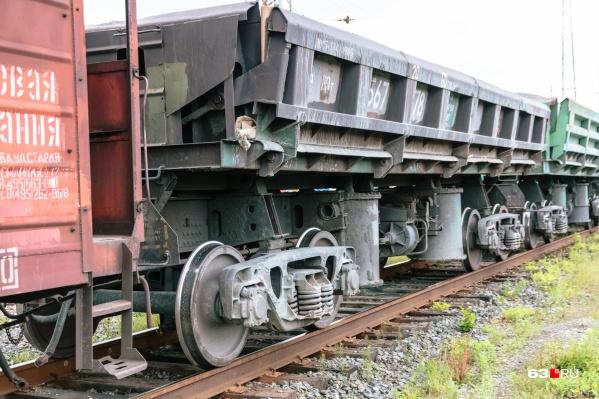 Мужчина оказался под вагонами грузового поезда