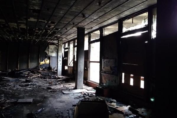 Здание заброшенного кинотеатра в Амурском посёлке этим летом горело. Инвестор пока не нашёлся, но варианты, по словам чиновников, всё-таки есть