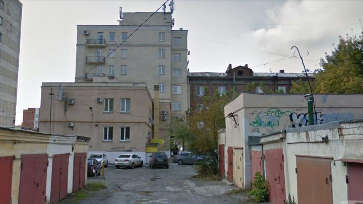 Прилично одет и в дорогих часах: мужчина покончил с собой возле офисного центра в Челябинске