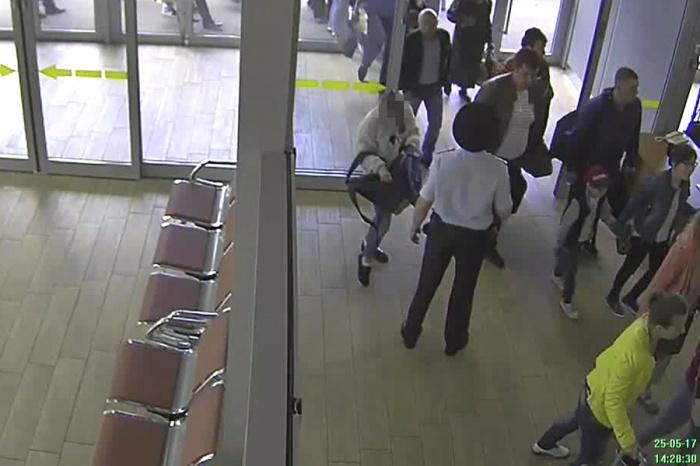 Школьница из Новосибирска в аэропорту Краснодара рядом с транспортным полицейским