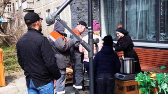 «Накормил 40 человек»: уральский бизнесмен, раздававший просрочку, стал бесплатно готовить обеды