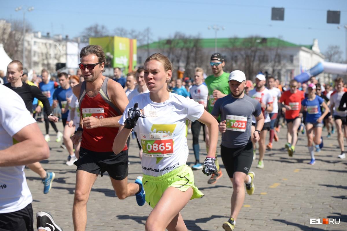 Дистанции забегов доступны любому, более-менее здоровому человеку. Но лучше иметь физическую подготовку, тренироваться перед стартами
