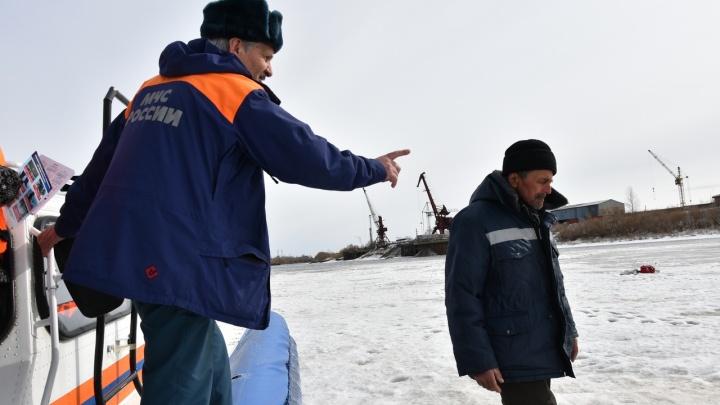 В Тюмени рыбак удирал от спасателей и провалился под воду (не весь)