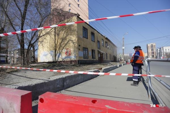 Старенький барак теснился рядом с новой высоткой на улице Воровского
