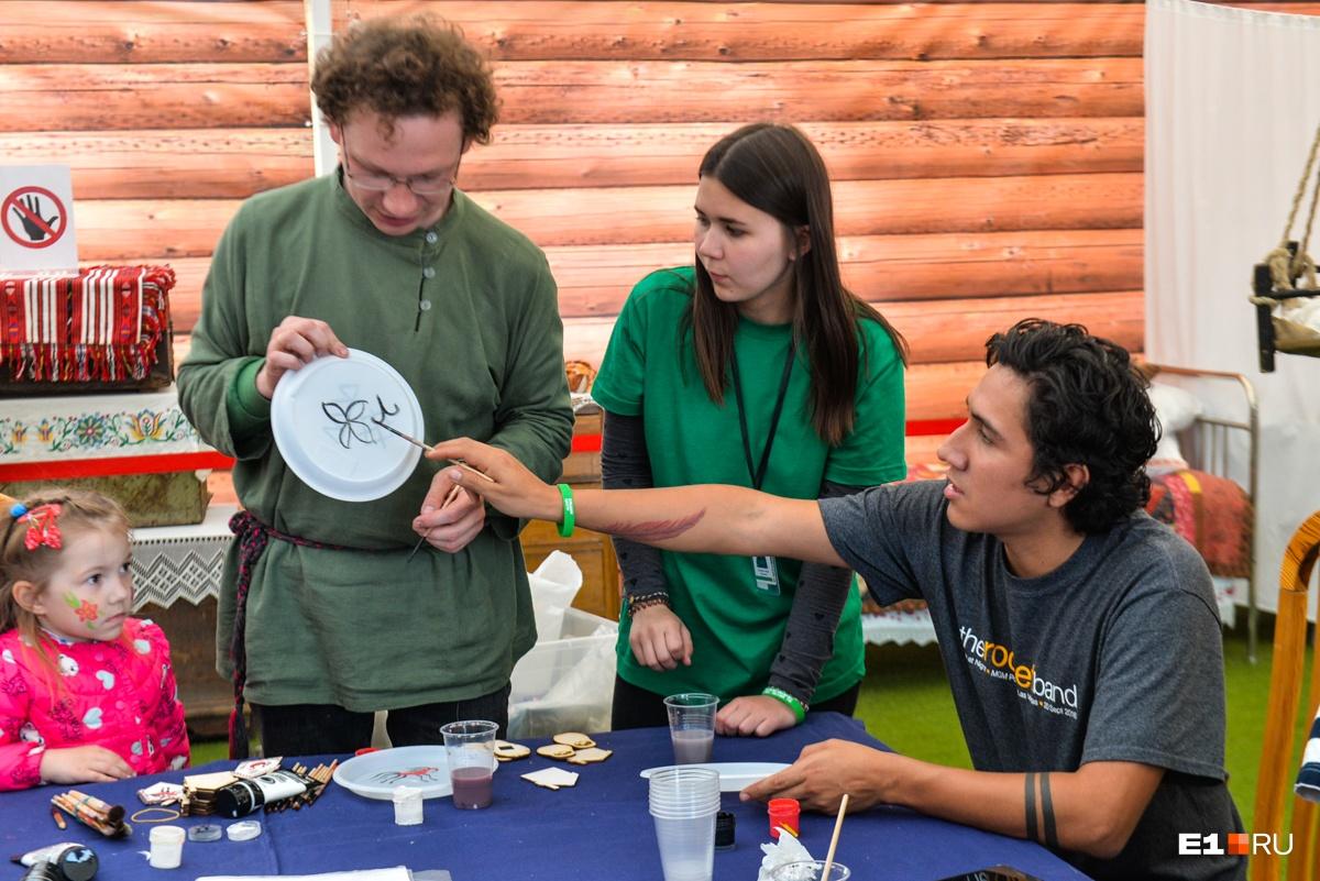 Когда мы пришли на эту площадку, там оказались два иностранца, которых учили росписи на пластиковых тарелочках