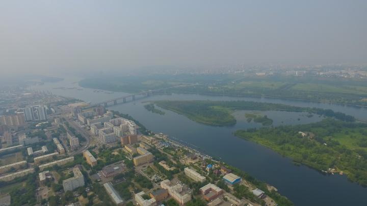 Опасная мгла и смог плотно окутали Красноярск. С высоты птичьего полета это выглядит жутко