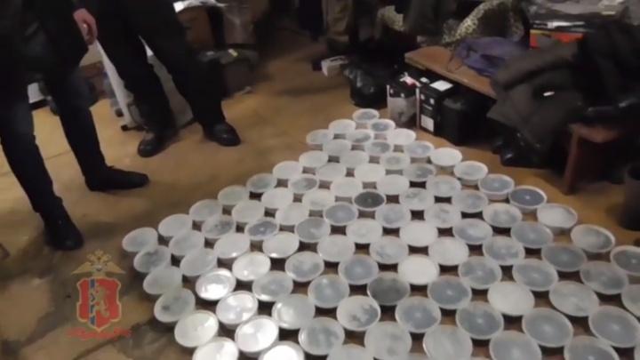 В гараже жителя Игарки нашли 73 кг чёрной икры