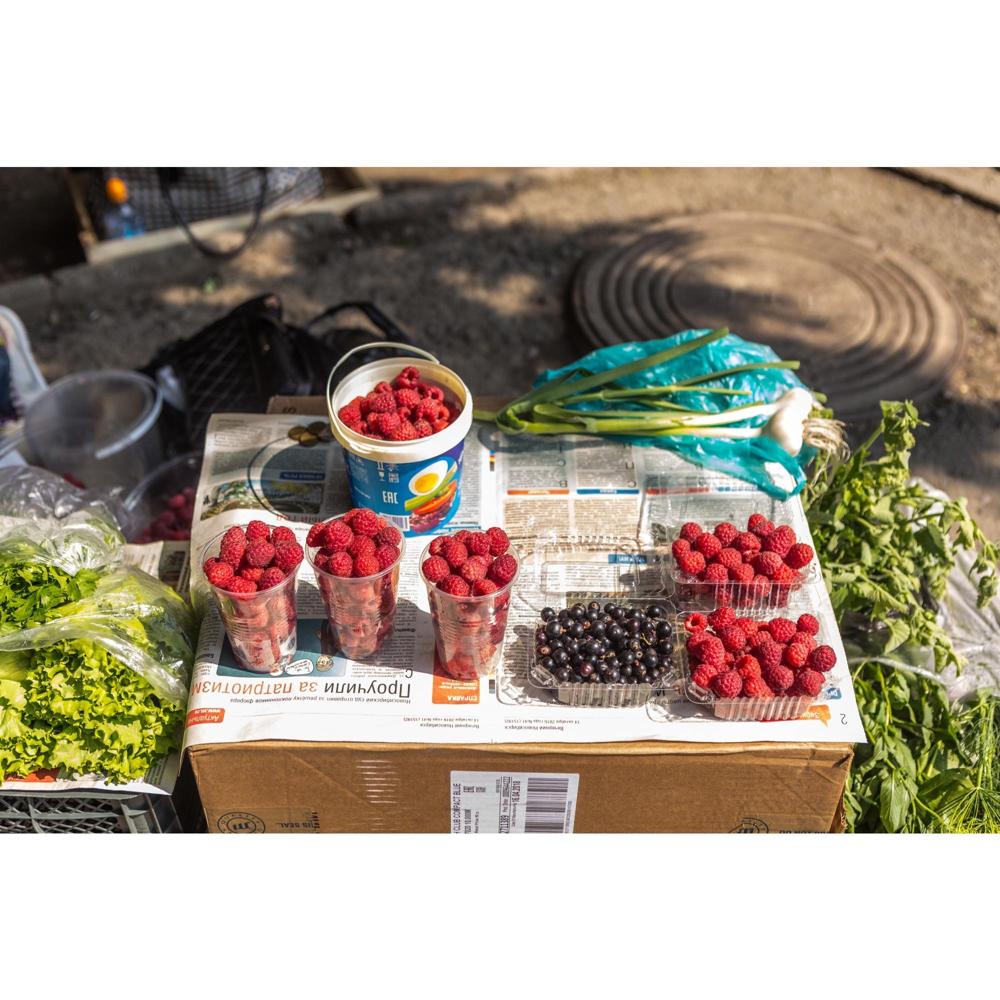 Литр малины стоит в среднем 300 рублей