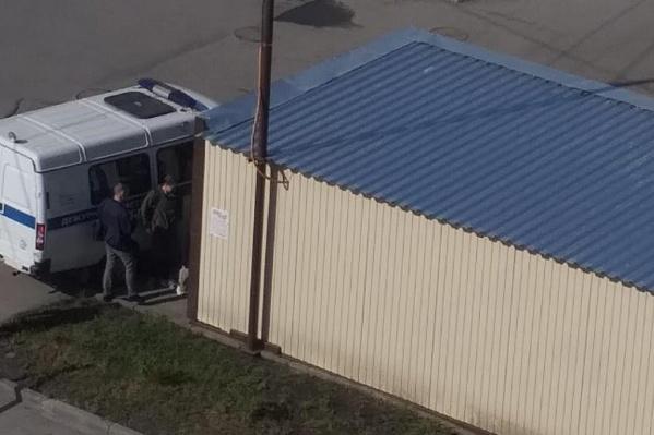 Жители соседних домов заметили полицию около 10:00