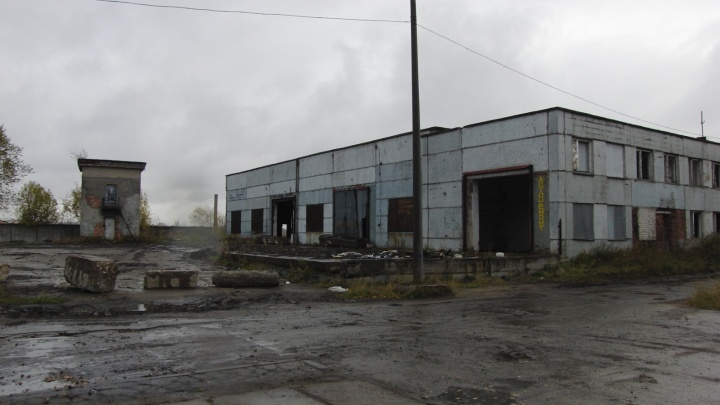 На заброшенном производстве на улице Дежневцев мужчина упал с пятиметровой стремянки и погиб