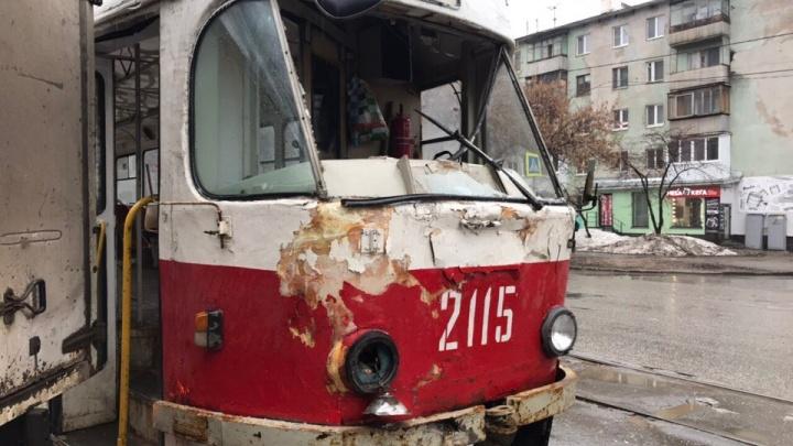 Пробил лобовое стекло: в Самаре фургон врезался в трамвай