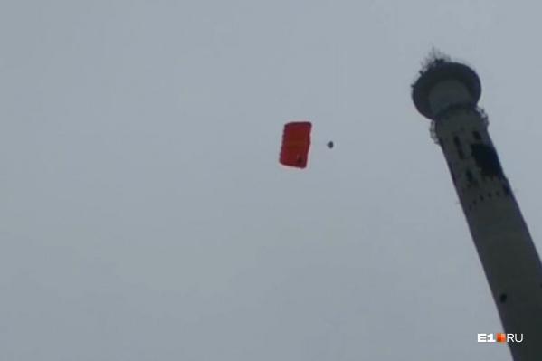С башни прыгнули три парашютиста