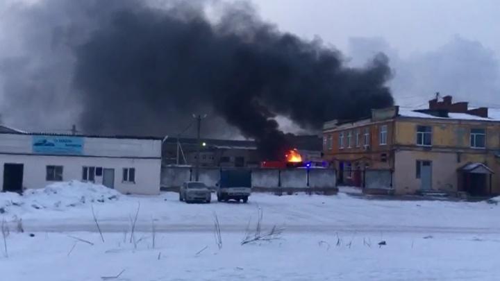 «Ранг пожара повышен»: на проспекте Космонавтов за заводом «Пепси» загорелся промышленный ангар