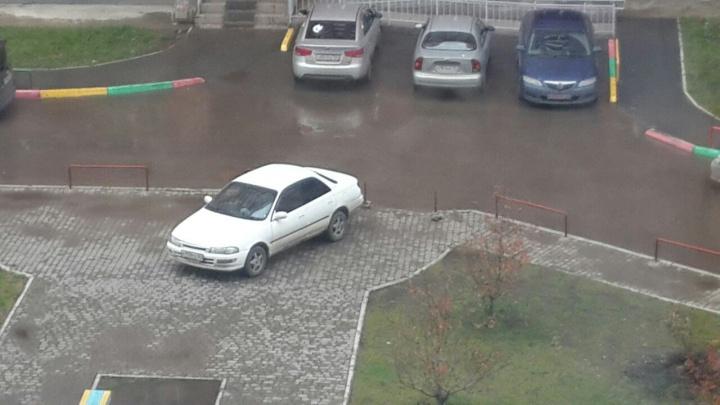 В «Солнечном» столбиками замуровали запаркованные на тротуаре авто