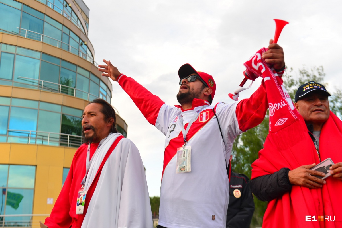 Жаркие танцы и крики: как болельщики встретили сборную Перу в Екатеринбурге