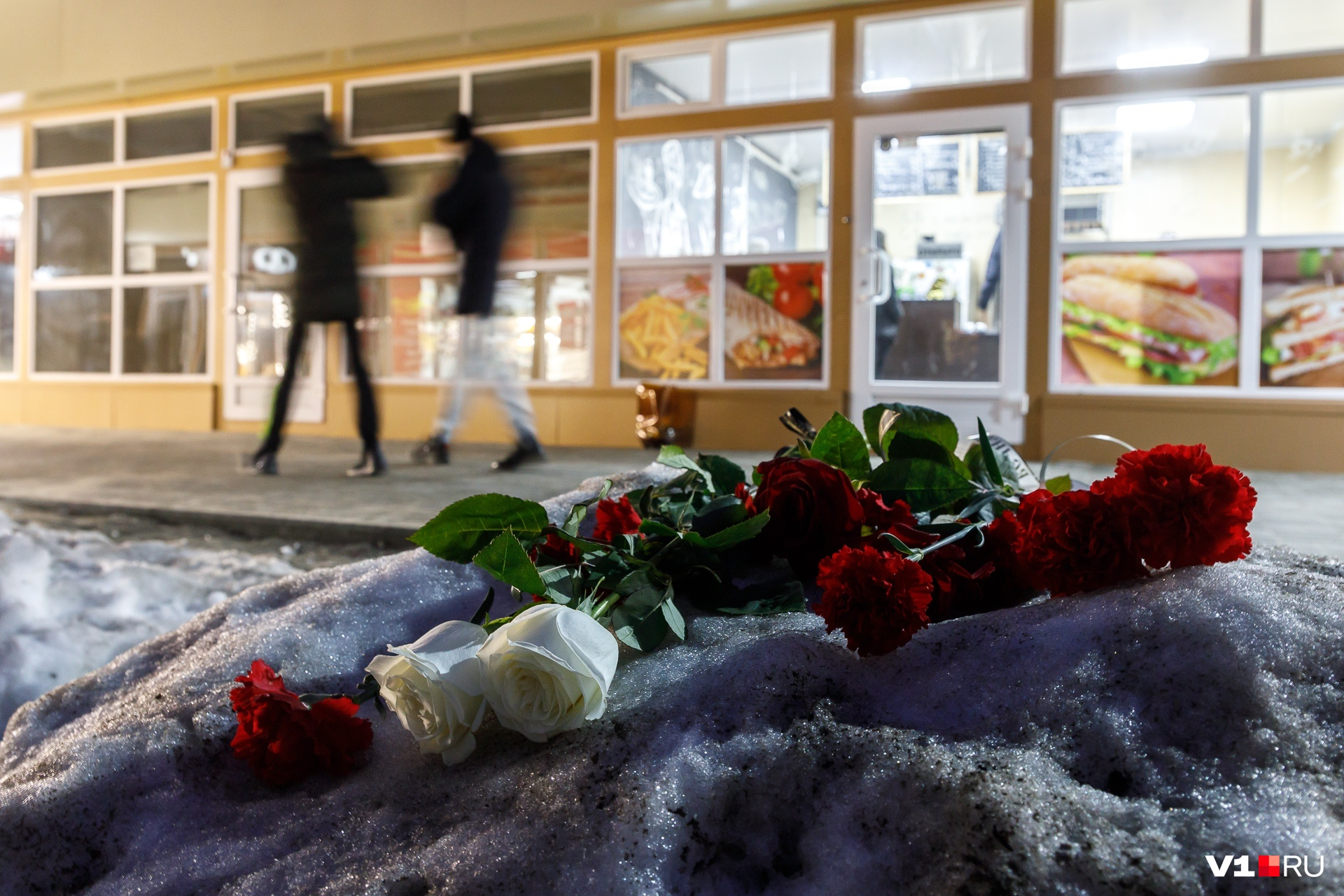 На место трагедии волгоградцы несут цветы