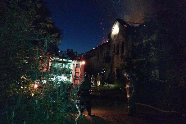 Пожарным удалось спасти всех жильцов горевшего дома