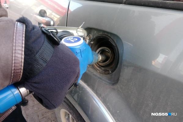 Если в прошлом году средней зарплаты омича хватало на 710 литров бензина, то в этом — уже на 736